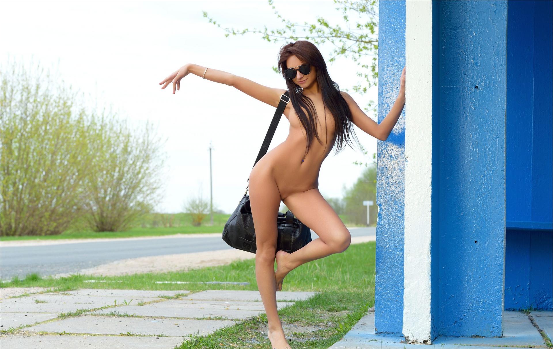 На дороге голая девушка голосует